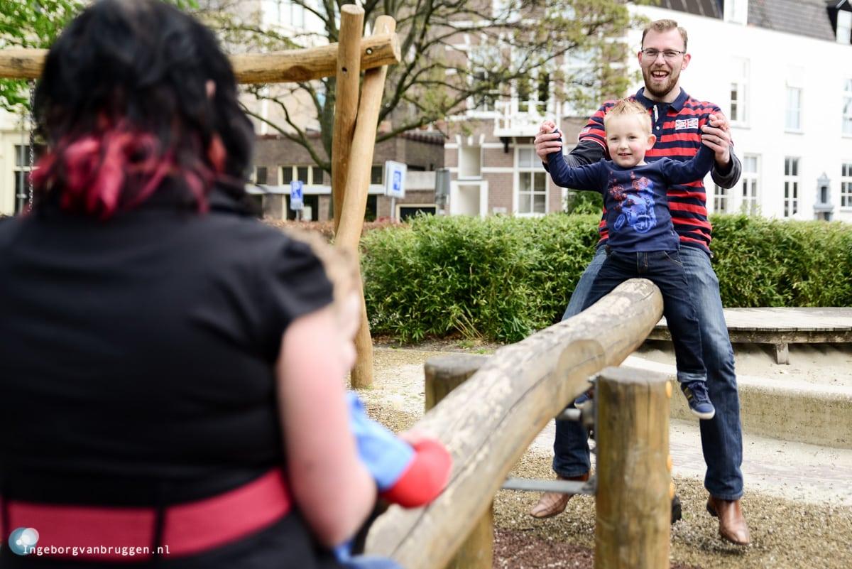 Familieshoot-met-kinderen-in-de-speeltuin